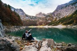 Partir à la montagne en couple : les indispensables pour un week-end love